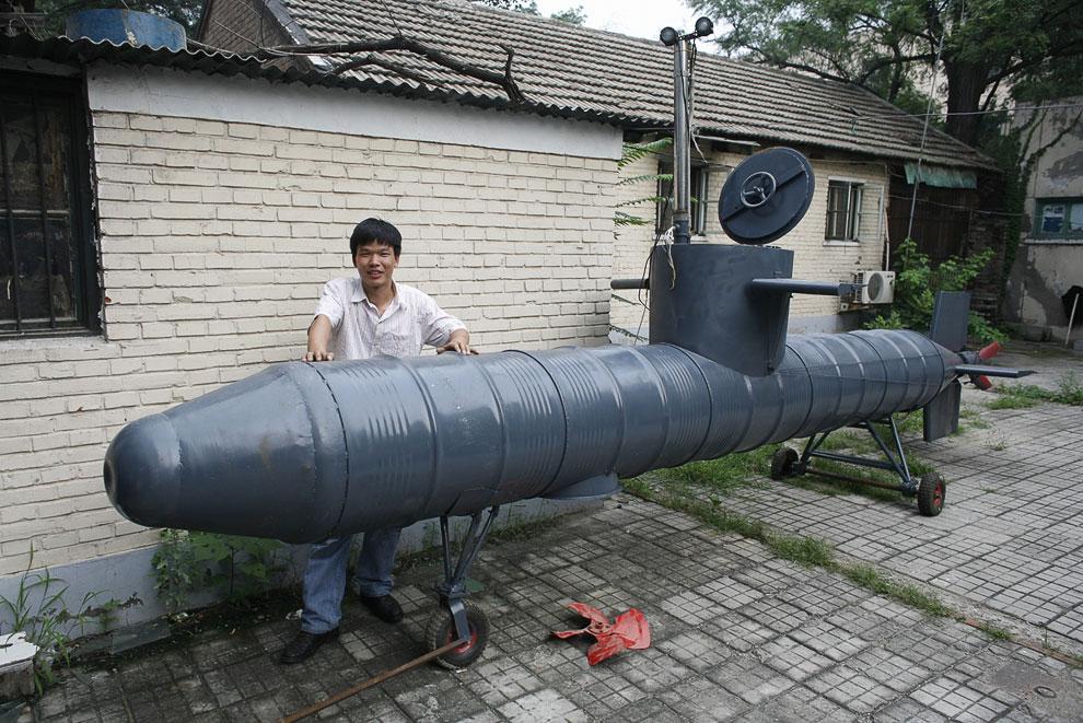 Самодельная подводная лодка во дворе Пекина, сделанная из старых нефтяных бочек