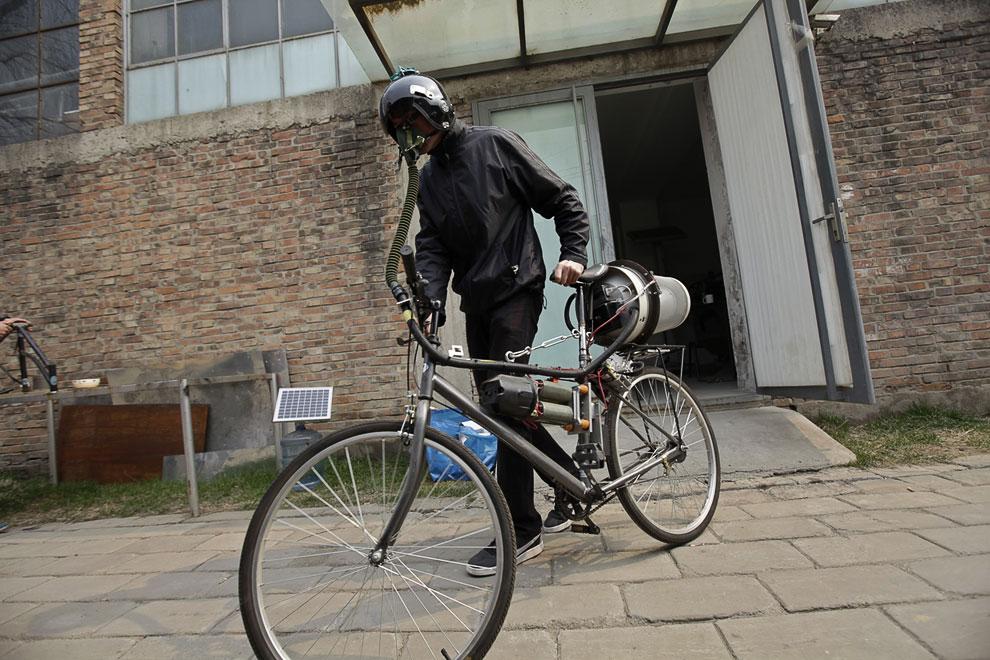 Но загрязнение не является проблемой для следующего нашего самоделкина из Китая, который сделал систему фильтрации воздуха на велосипеде из мусорного бака IKEA, мопедного шлема и кислородной маски летчика