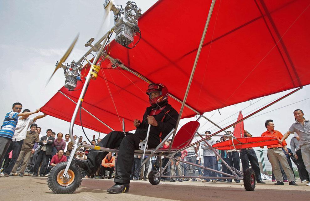Фермер-изобретатель готовится к взлету на самодельном самолете, город Ухань