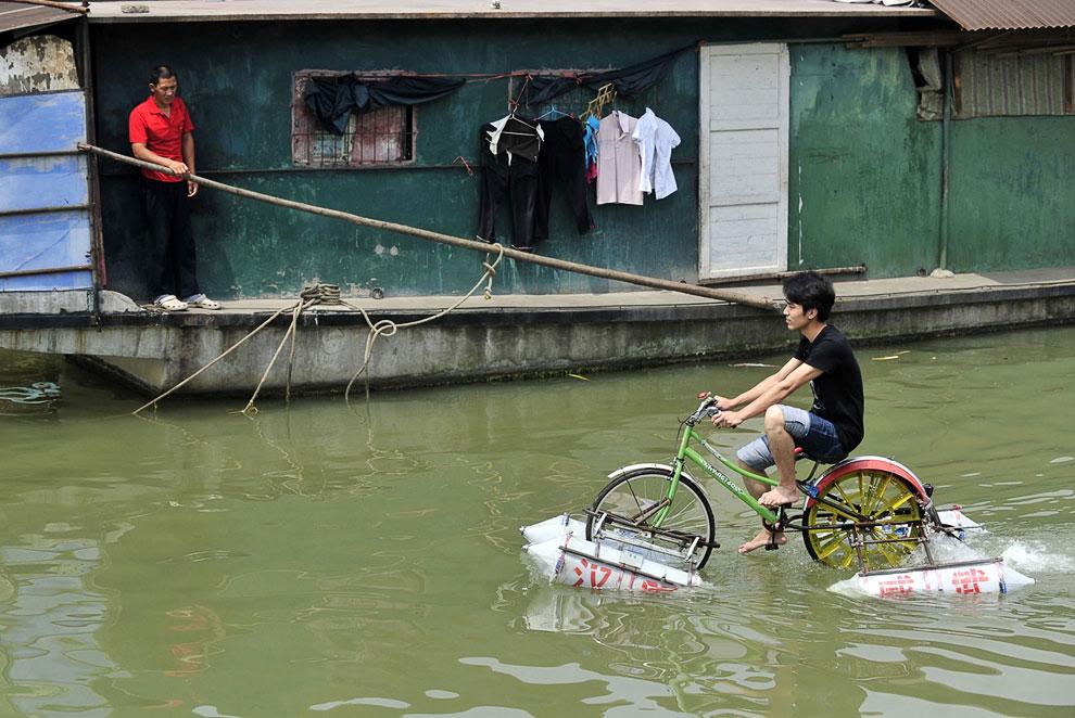 Испытание коммерческого образца на притоке реки Янцзы в Ухане, 16 июня 2010. Изобретатель катамарана, сделанного из велосипеда и баллонов, надеется поставить свою технику на рынок