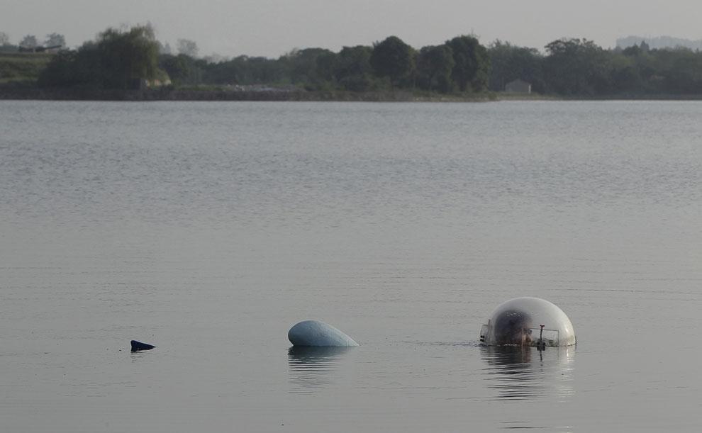 Испытания самодельной подводной лодки идут полным ходом на озере в городе Ухань, провинция Хубэй