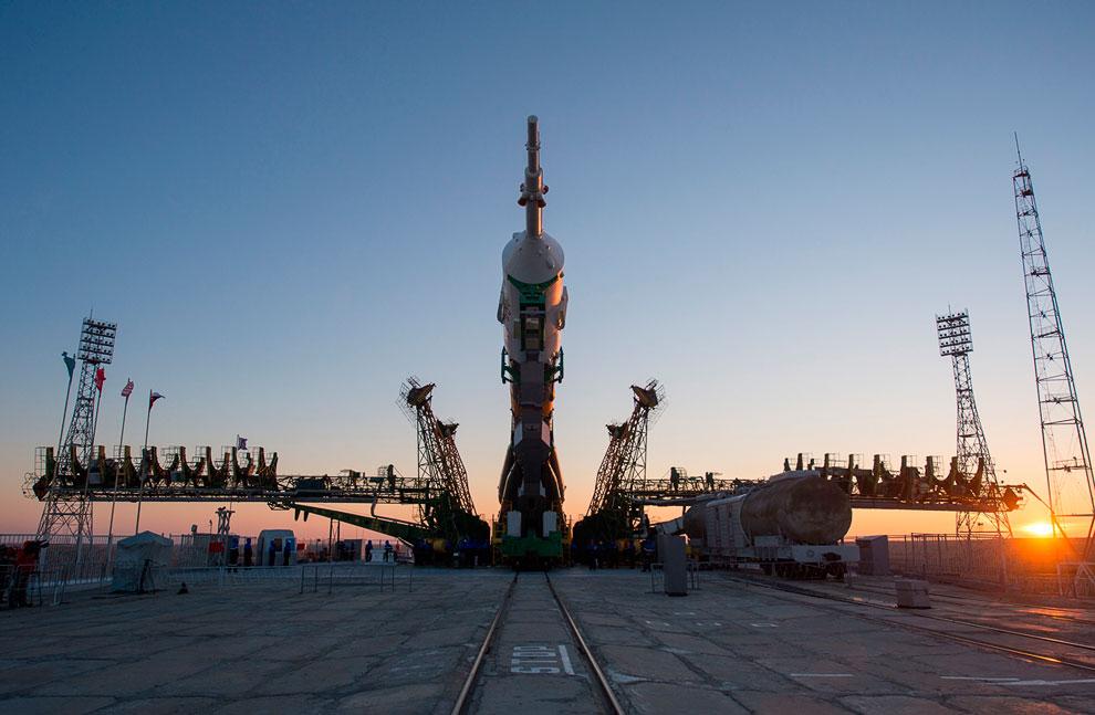 Космический корабль «Союз ТМА-07М» с экипажем 34-35-й экспедиции на стартовой площадке космодрома Байконур