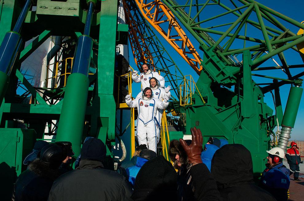 Экипаж корабля: Крис Хэдфилд, бортинженер НАСА Томас Маршбёрн и командир корабля «Союз» Роман Романенко