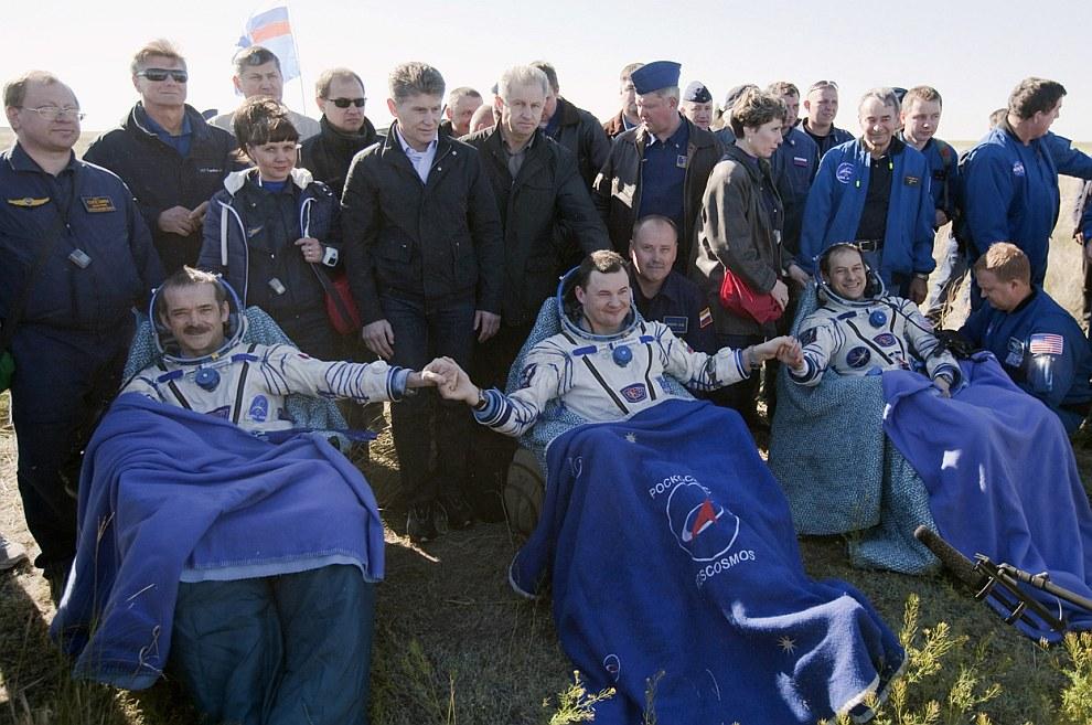 После приземления. Канадский астронавт Крис Хэдфилд (слева), русский космонавт Роман Романенко (в центре) и американский астронавт Томас Маршбёрн в казахстанской степи