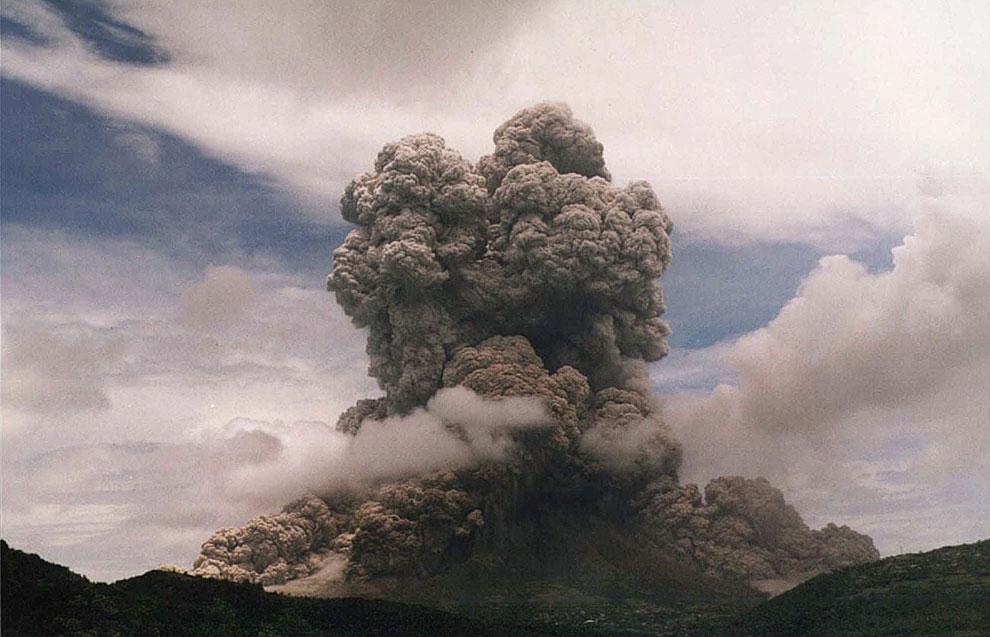Вулкан Суфриер-Хиллс имеет высоту 915 метров и сложен преимущественно из андезита