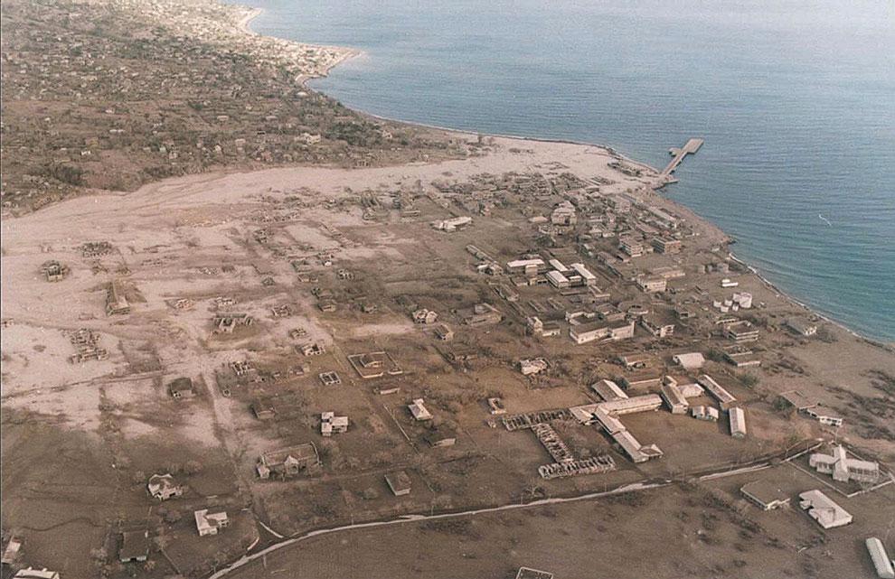 Вид с воздуха на остатки столицы Плимут после очередного извержения вулкана Суфриер-Хиллс