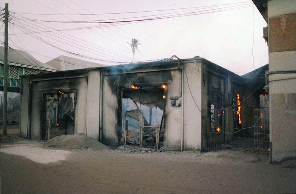 Догорающее здание банка