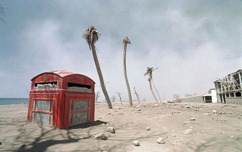 Количество вулканического пепла можно оценить по этой, наполовину похороненной телефонной будке
