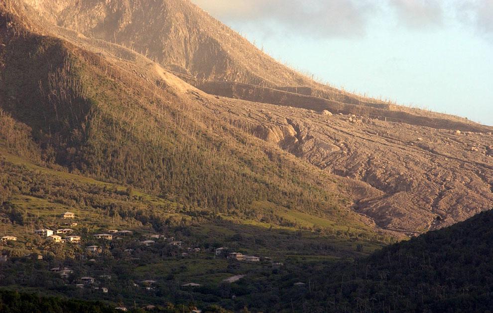 Заброшенные дома на острове рядом с пирокластическим потоком