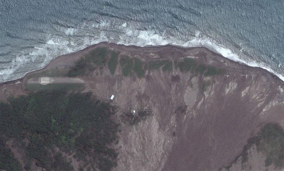Фотография со спутника, 2010 год. На ней видна часть взлетно-посадочной полосы местного аэропорта