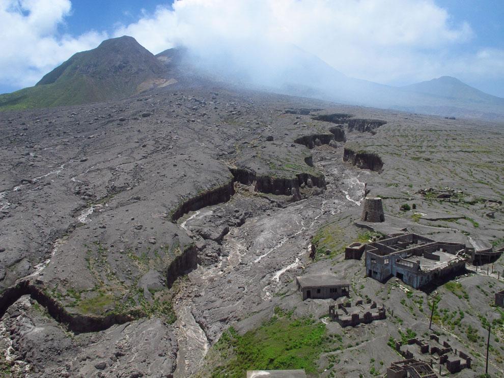 Бывшие дома на склоне разбушевавшегося вулкана