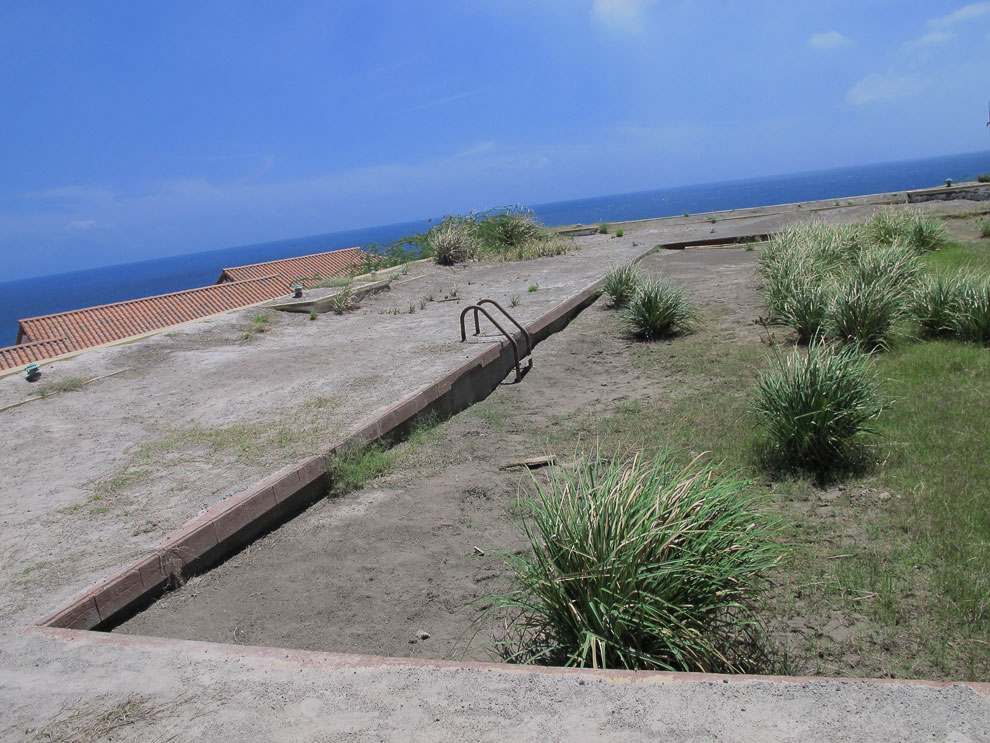 Когда-то здесь был туристический рай. Бассейн с видом на Карибское море