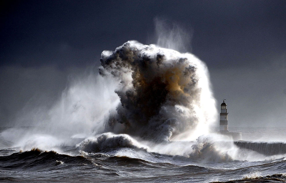 Бушующее море, 30-метровые волны и маяк в графстве Дарем в Англии