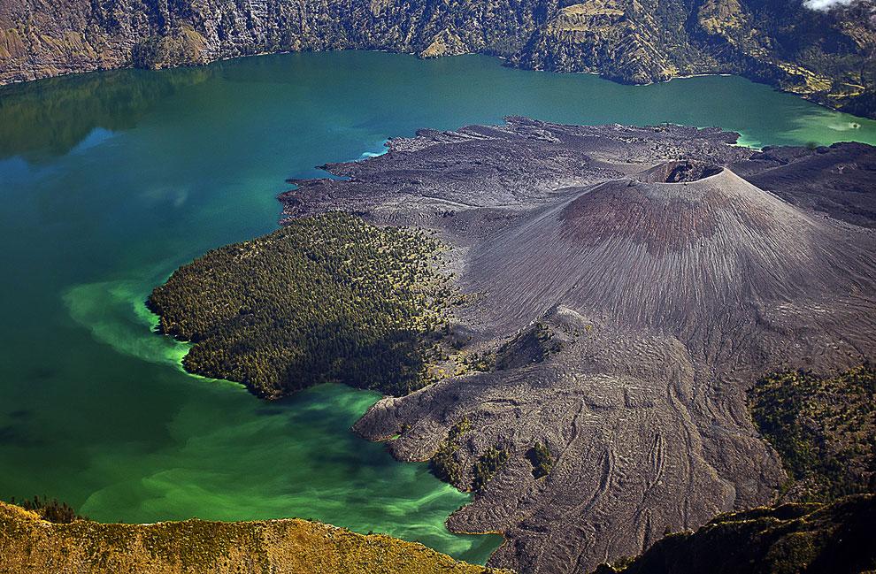 Кратерное озеро Сегара Анак расположено на индонезийском острове Ломбок, в горах Ринджани, в кратере вулкана