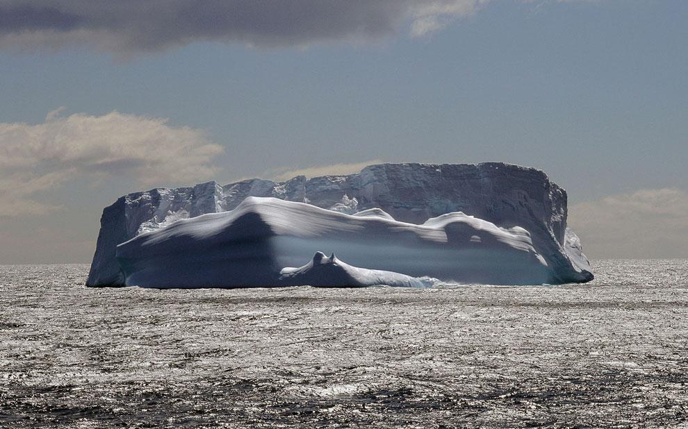 Величественны айсберг недалеко от острова Южная Джорджия