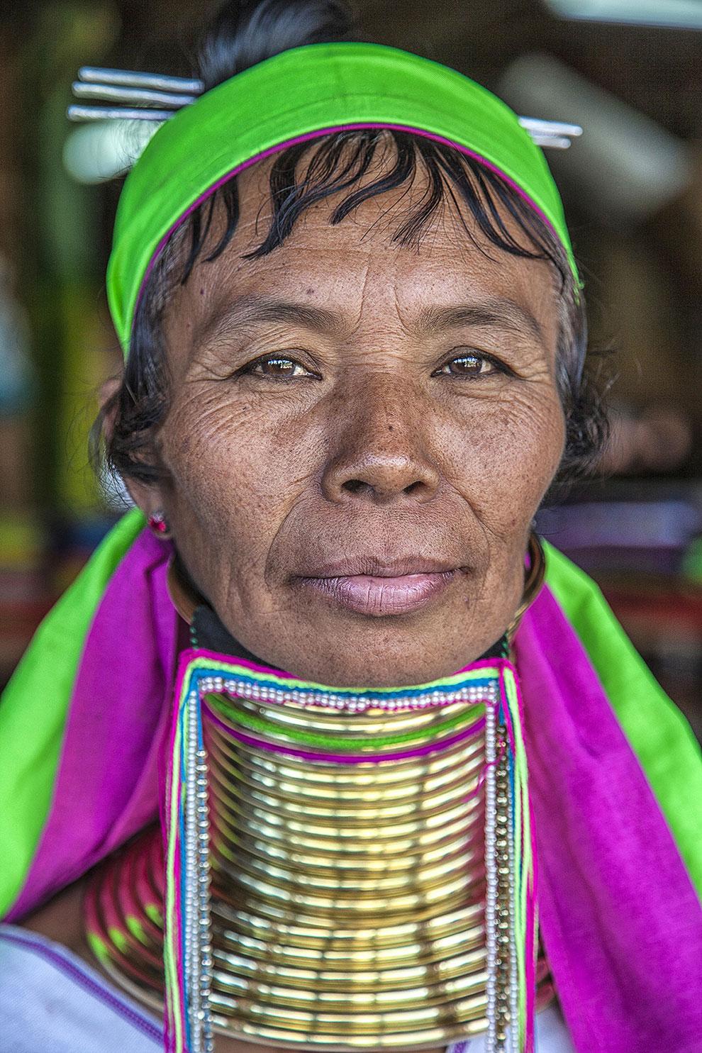 Длинношеяя женщина на озере Инле, Мьянма