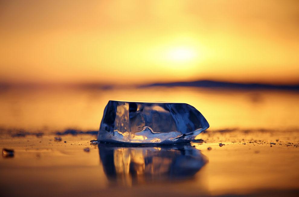 Лед и закат на озере Байкал