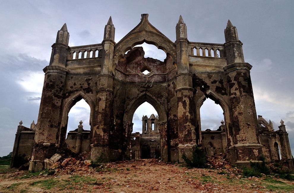 Церковь, построенная 200 лет назад на берегу реки в Индии