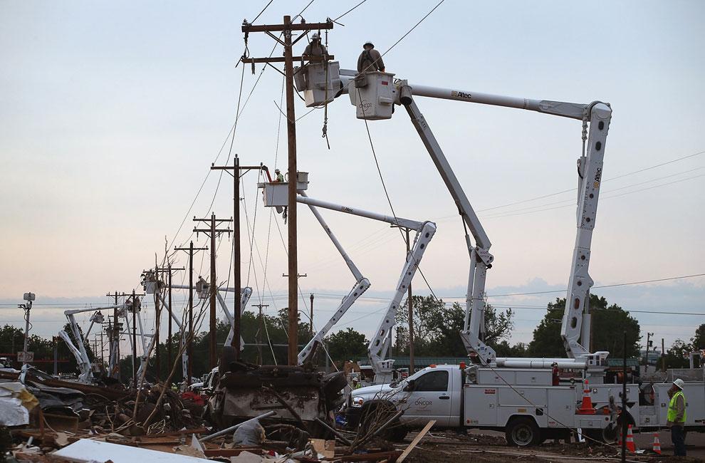 Ремонт линий электропередач в городе Мур, штат Оклахома