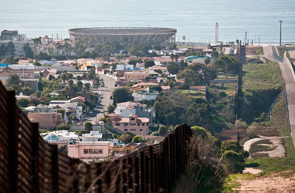 На границе США и Мексики. Слева — Тихуана — город на северо-западе Мексики, крупнейший в штате Нижняя Калифорния и самый западный во всей Латинской Америке, впереди — Тихий океан