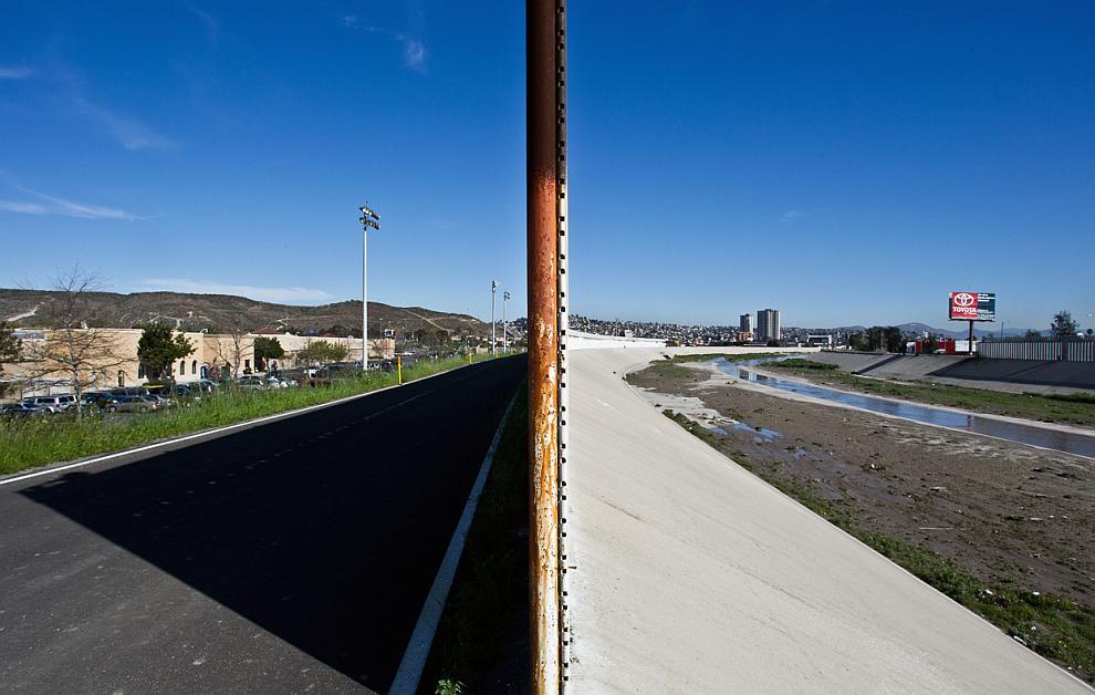 Справа — Мексика, слева — США