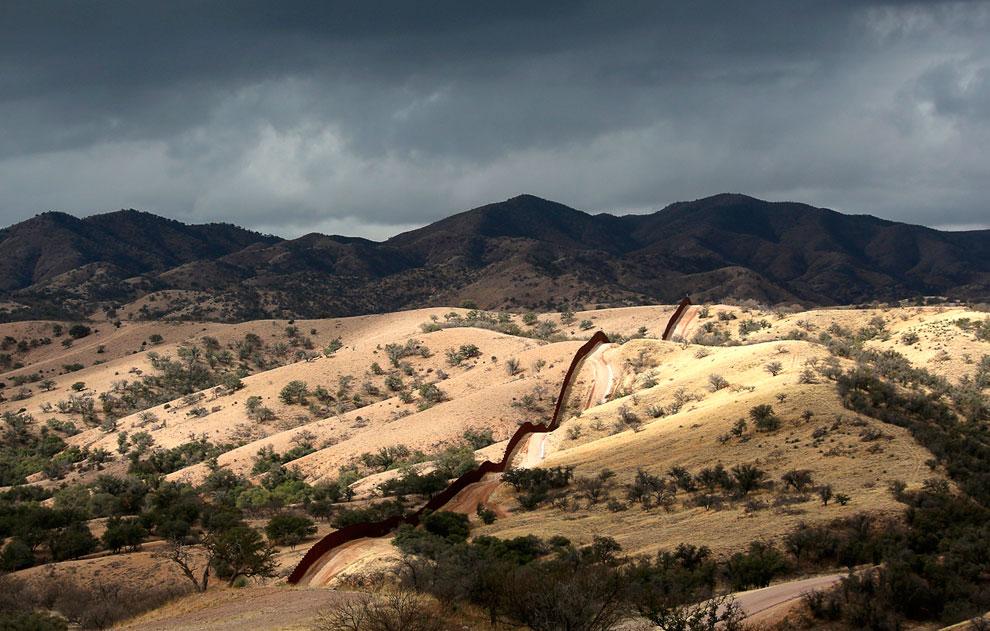 Забор на границе США и Мексики недалеко от города Ногалес в Аризоне