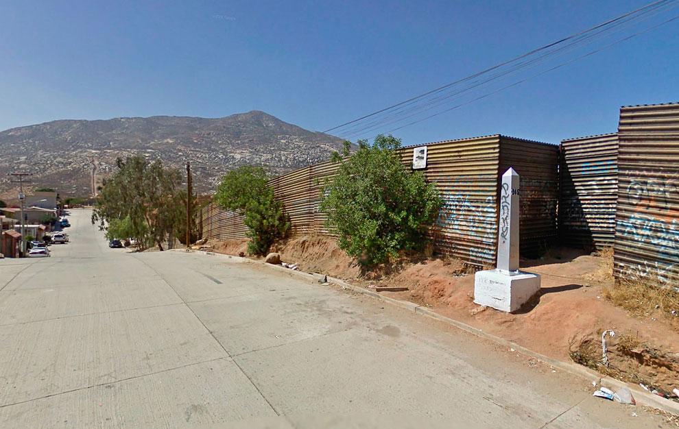 Вдоль границы, со стороны Мексики доставлено 276 таких монументов