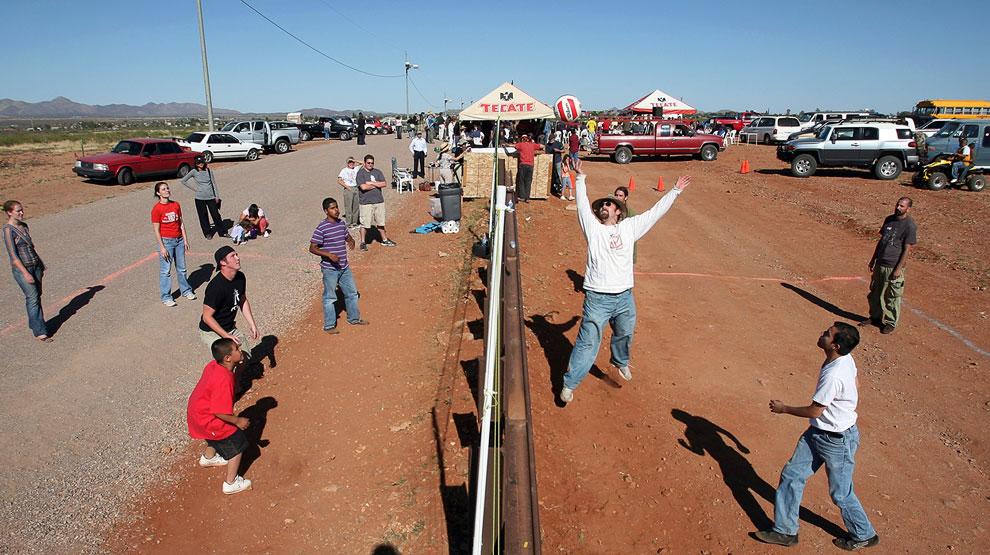 На границе США (слева) и Мексики (справа). Игра в волейбол