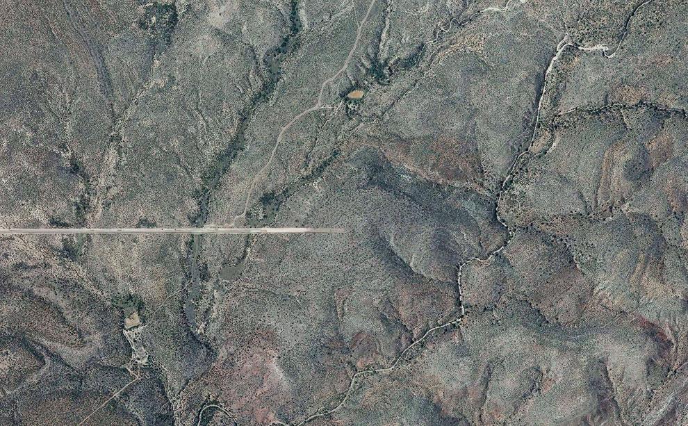 Во многих местах американо-мексиканская граница в виде заборов и охраняемых дорог просто заканчивается