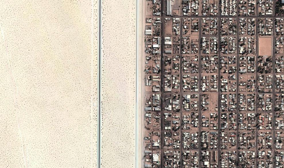 Слева — пустынная зона недалеко от американского города Юма, штат Аризона, справа — городок Сан-Луис-Рио-Колорадо, Мексика
