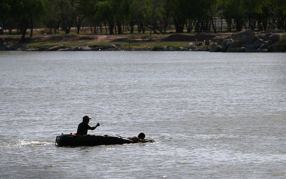 А вот и нелегалы, пытающиеся переплыть через реку Рио-Гранде в направлении штата Техас
