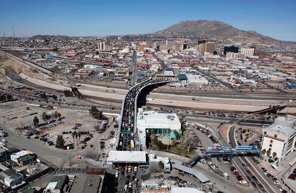 Официальный контрольно-пропуской пункт, связывающий Сьюдад-Хуарес в Мексике (внизу) с американским городом Эль-Пасо в штате Техас