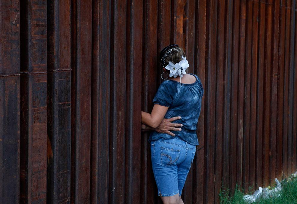 Женщина общается с мужем через забор на границе