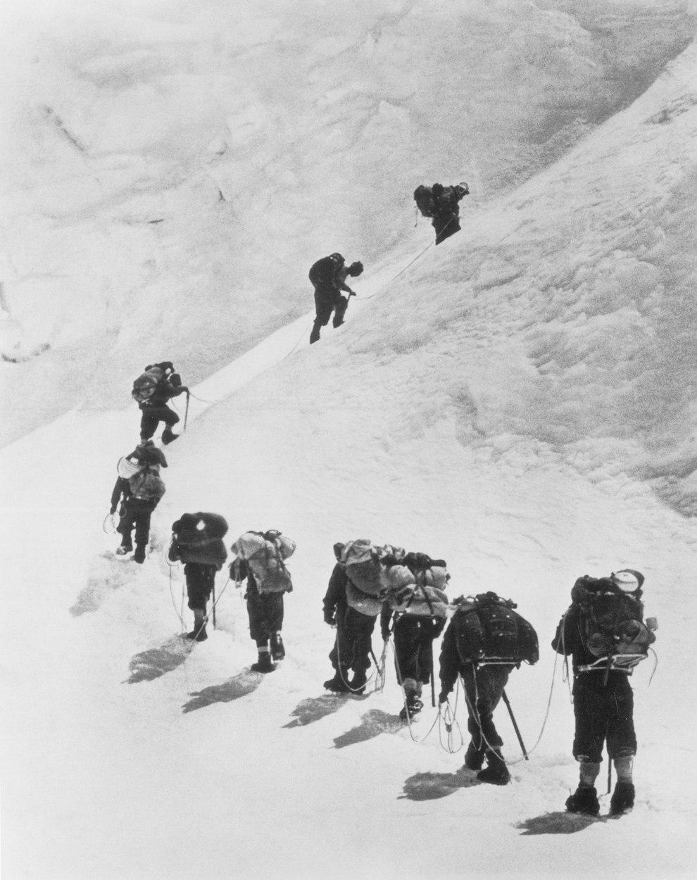 Новозеландец Эдмунд Хиллари с группой восходят на Эверест, 1953 год