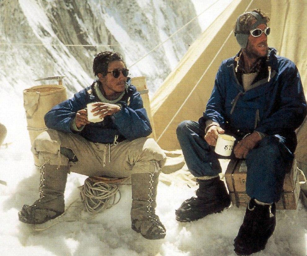 Новозеландец Эдмунд Хиллари (слева) и шерп Тенцинг Норгей во время восхождения на высочайшую вершину мира