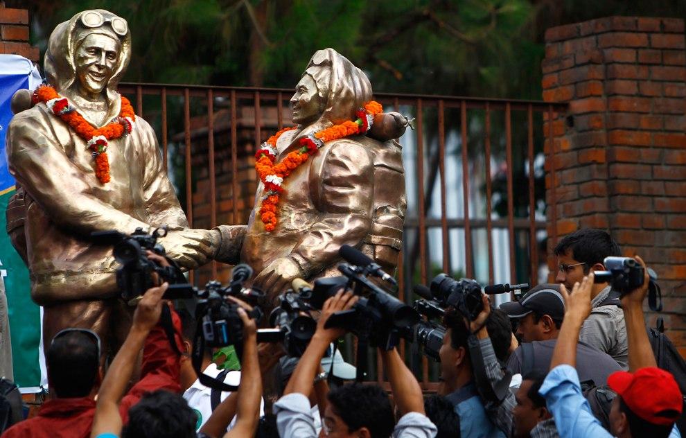 Ровно 60 лет спустя, Катманду, Непал, 29 мая 2013. Журналисты снимают памятник новозеландцу Эдмунду Хиллари и шерпу Тенцингу Норгею