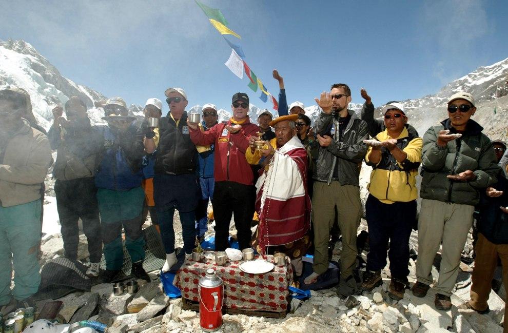 Очередная команда альпинистов в базовом лагере