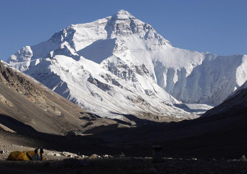Покорители Эвереста с палаткой (снизу слева)