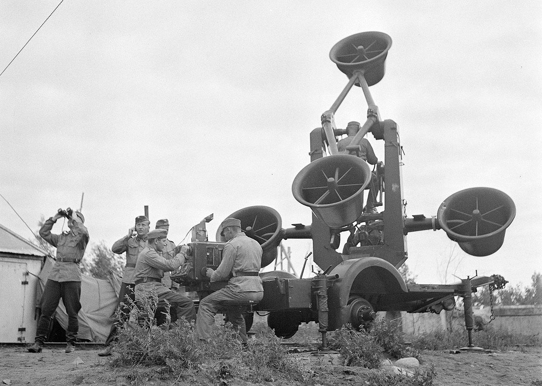 В ожидании приближающийся самолетов противника. Этот невероятный прибор — акустический локатор