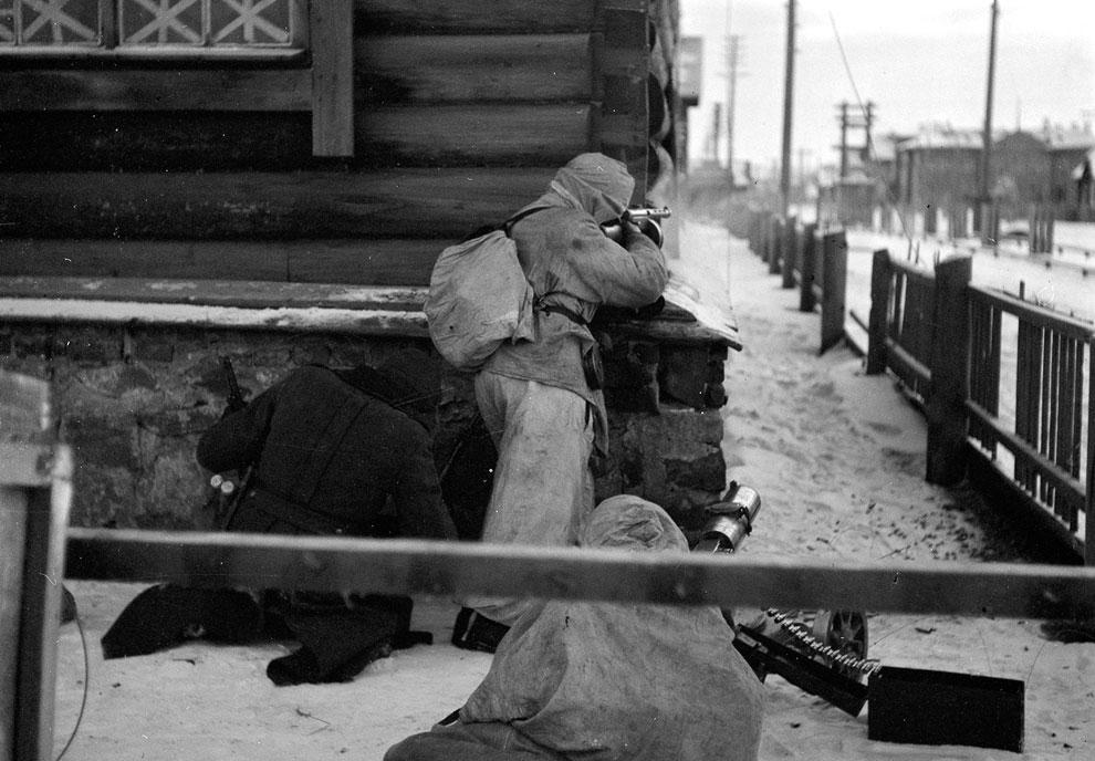 Уличные бои в Медвежьегорске, Россия. Город был финнами в течение трех лет