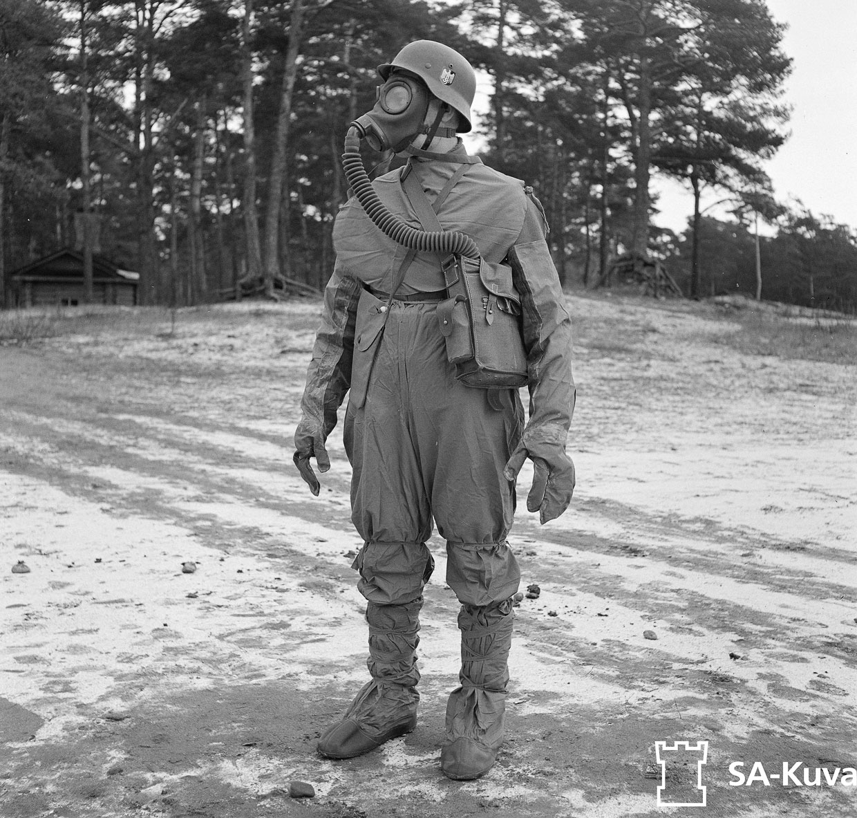 Солдат в защитном костюме от газовой атаки