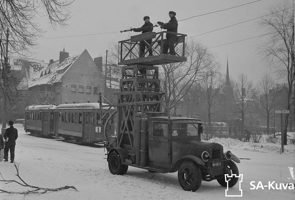 Восстановление разбомбленных трамвайных путей