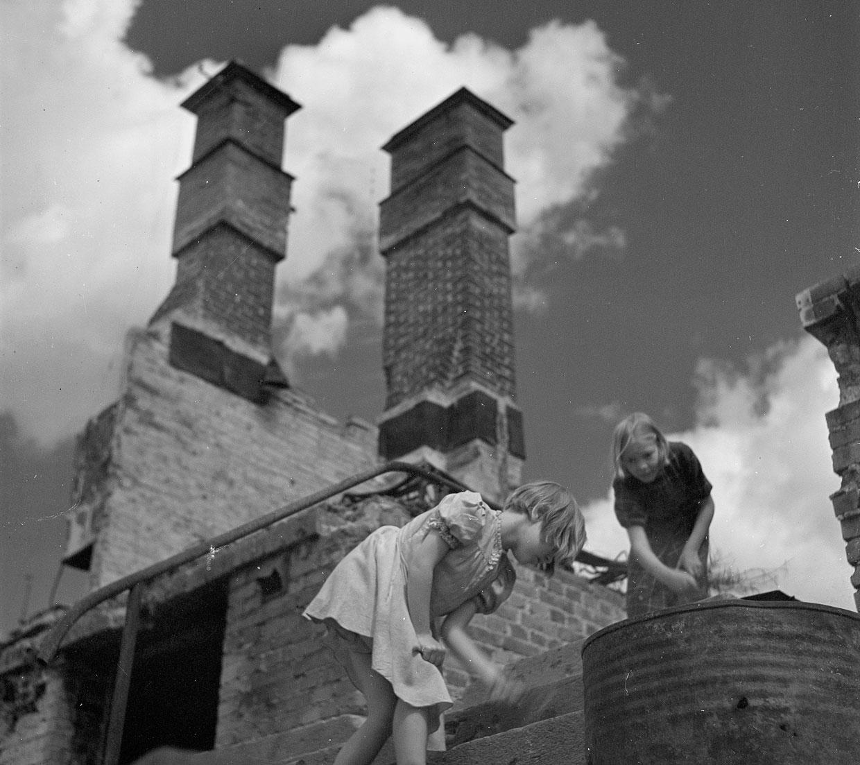 Две девушки на развалинах собора Мартина в Турку, Финляндия