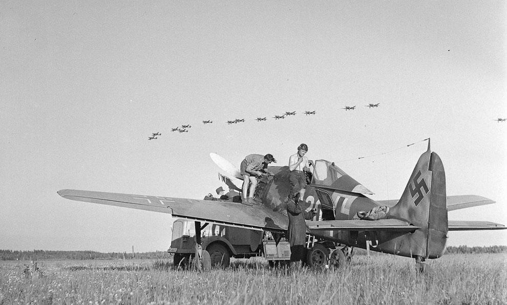 Бомбардировщики над полем