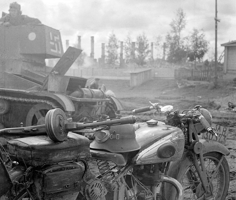 Финские мотоцикл и танк со свастикой