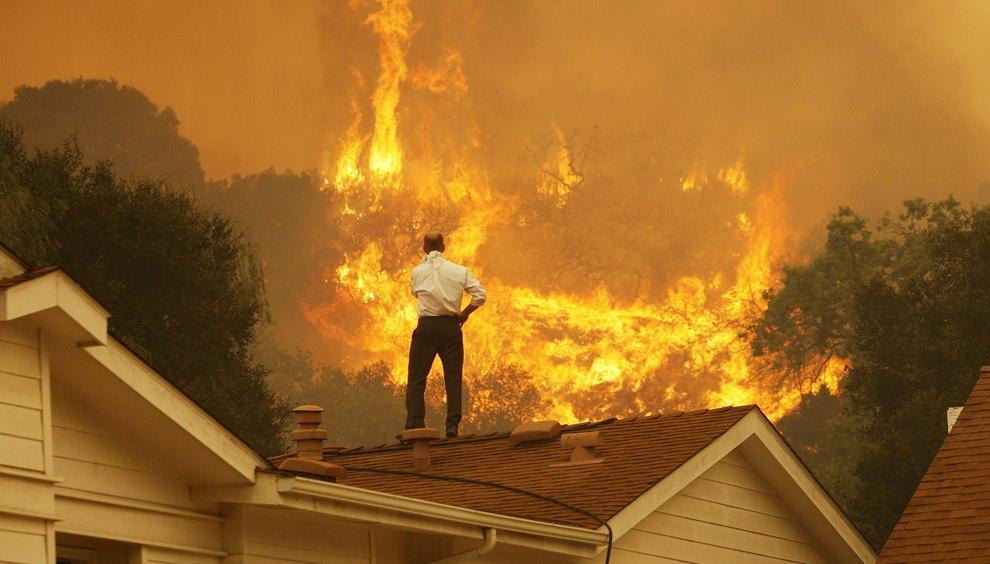 Хозяин дома обреченно смотрит на приближающееся пламя