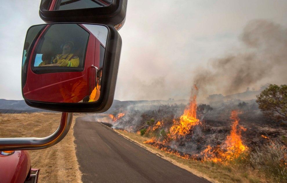 В калифорнийском городе Сан-Матео загорелся лимузин с людьми