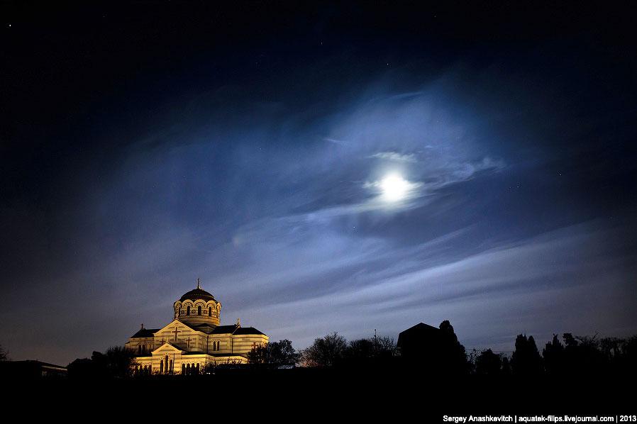 Вид на Владимирский собор в свете полной луны