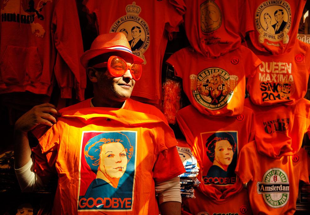 На фотографии продавец футболок с изображением королевы, Амстердам