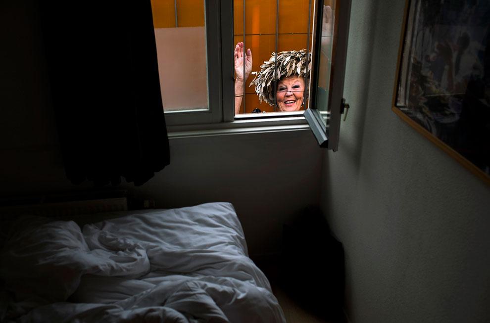 Вид на плакат с изображением королевы Беатрикс из комнаты в центре Амстердама